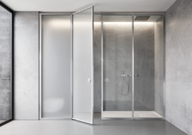 The Suite system can be customised with Securplus satin glass (laminated safety glass) and a silver satin finished frame or with clear monolithic glass and a silver satin finished frame