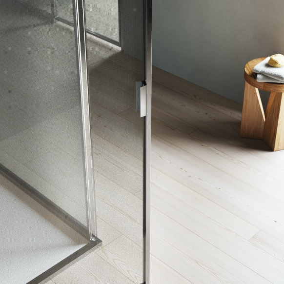 The optional handle has a linear design and is made from extruded aluminium. It is secured to the door frame with the same finish as the structure.